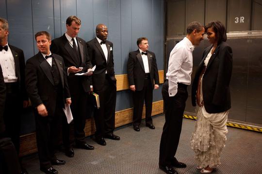 Một khoảnh khắc thân mật vợ chồng tổng thống Mỹ trong thang máy. Ảnh: Pete Souza—The White House