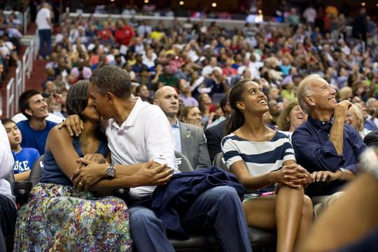 Ông Obama hôn vợ say đắm khi xem trận đấu bóng rổ của đội tuyển Olympic Mỹ năm 2012. Ảnh: Pete Souza—The White House