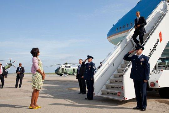 Đệ nhất phu nhân chờ đón chồng tại sân bay John F. Kennedy năm 2012. Ảnh: Pete Souza—The White House