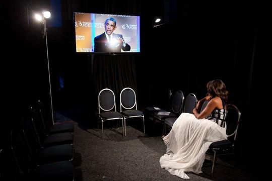 Bà Michelle một mình ngồi sau khán đài xem chồng phát biểu. Ảnh: Lawrence Jackson—The White House