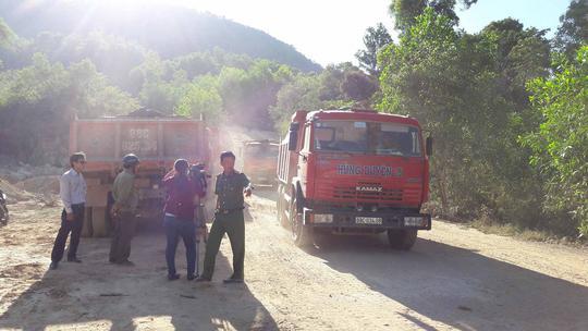 Lực lượng chức năng bắt quả tang đoàn xe đang vận chuyển cát, đá, đất sỏi đỏ ra bên ngoài.