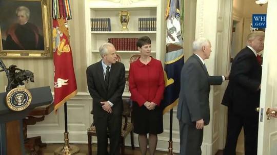Ông Trump rời phòng Bầu dục sau khi công bố 2 sắc lệnh mới mà không ký chúng tại đó. Ảnh: MSN