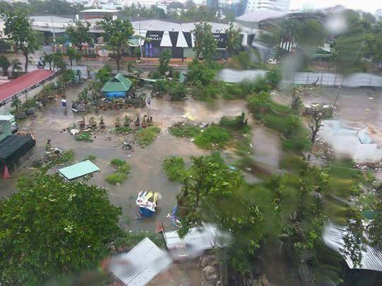 Từ Bình Định đến Đà Nẵng: Cây ngã la liệt, nhiều khu vực bị lũ chia cắt - Ảnh 6.