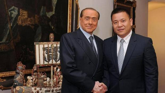 Ông Berlusconi (trái) và Li Yong-hong - chủ mới của AC Milan - trong ngày chuyển giao CLBẢnh: Gazzetta