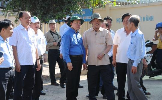 Bộ trưởng Trần Hồng Hà trực tiếp khảo sát thực tế tại điểm sạt lở trên bờ sông Vàm Nao thuộc xã Mỹ Hội Đông.