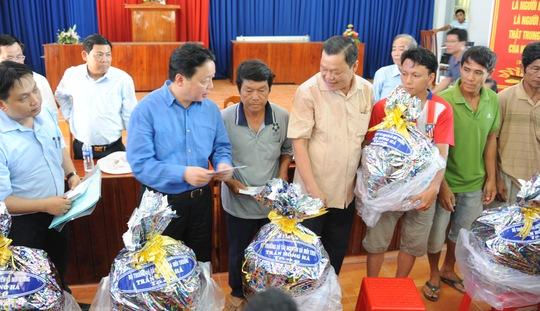 Bộ trưởng Trần Hồng Hà tặng quà và tiền mặt trị giá 8 triệu đồng/hộ cho 16 hộ dân có nhà bị thiệt hại hoàn toàn do sạt lở.