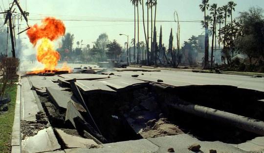 Lửa bốc lên từ đường ống dẫn khí ở Granada Hills sau trận động đất tại Northridge, bang California năm 1994 Ảnh: LOS ANGELES TIMES