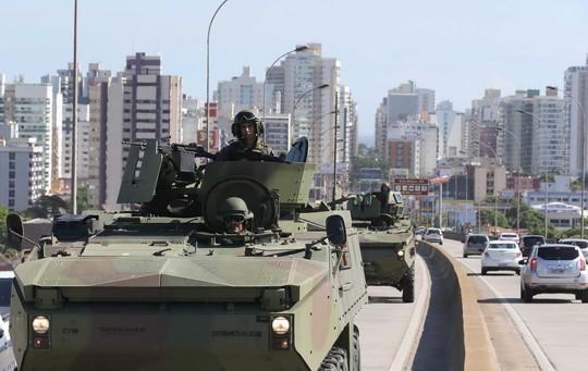 Xe bọc thép tuần tra đường phố TP Vitoria, bang Espirito Santo hôm 9-2 Ảnh: REUTERS