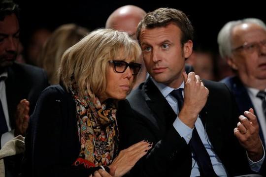 Ứng viên tổng thống Macron và vợ thường xuất hiện cùng nhau trong các sự kiện. Ảnh: Reuters