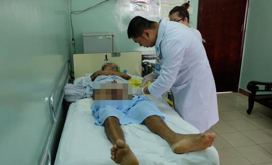 Bệnh nhân được thăm khám vết thương sau phẫu thuật vì bệnh hiếm