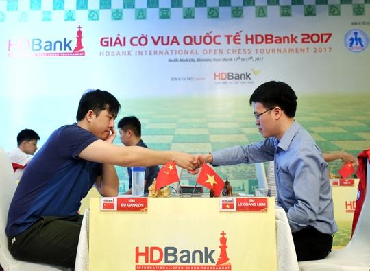 """Các kỳ thủ Trung Quốc chơi màn """"xa luân chiến"""" nhưng chưa thắng được Lê Quang Liêm"""