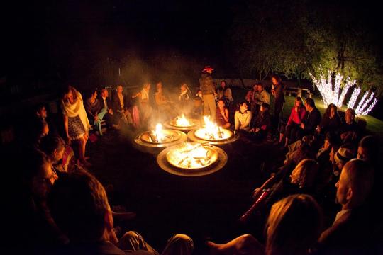 Buổi lửa trại ấm cúng, vui vẻ