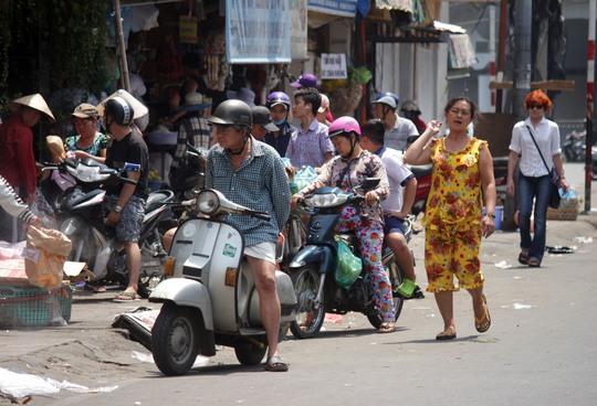 Buôn bán lấn hết vỉa hè đường Nguyễn Thái Học, quận 1, TP HCM Ảnh: Quốc Chiến