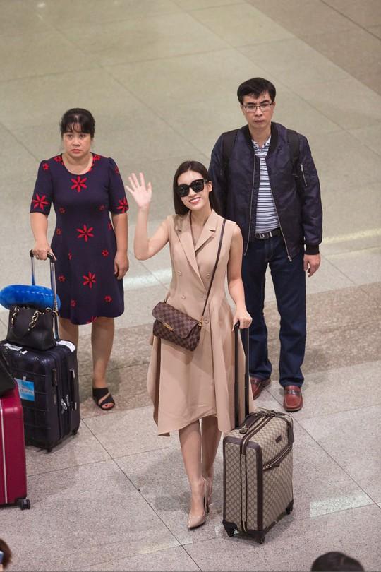 Hoa hậu Đỗ Mỹ Linh rạng rỡ ngày trở về - Ảnh 1.