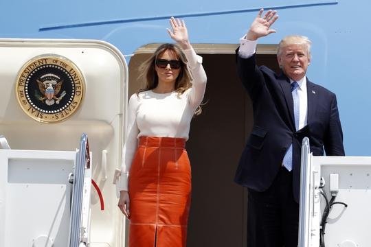 Ông Trump vừa ra nước ngoài, Nhà Trắng lại khổ sở - Ảnh 1.