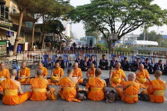 Các nhà sư tại chùa Wat Phra Dhammakaya. Ảnh: Pattarapong Chatpattarasill