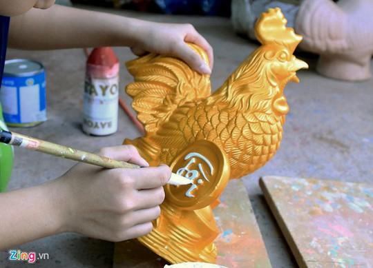 Gà vàng trang trí thỏi vàng, đồng tiền với ngụ ý mang lại sự may mắn, thịnh vượng cho người sở hữu.