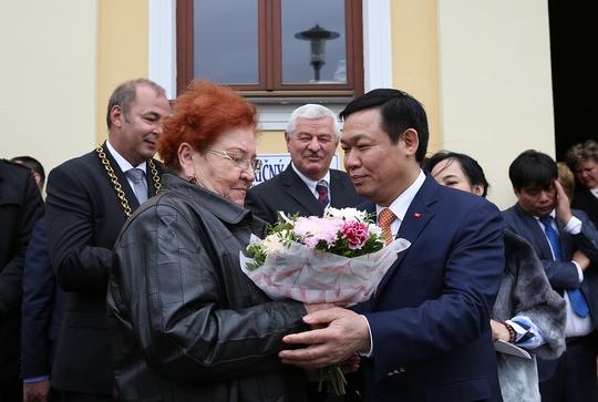 Đặt biển đồng lưu niệm Chủ tịch Hồ Chí Minh thăm Slovakia - Ảnh 3.