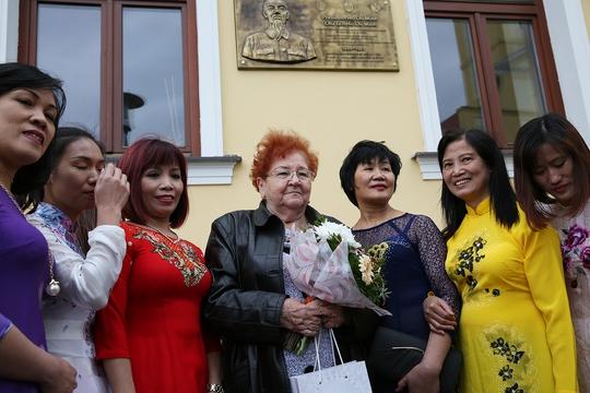 Đặt biển đồng lưu niệm Chủ tịch Hồ Chí Minh thăm Slovakia - Ảnh 2.