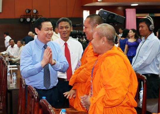 Phó Thủ tướng Vương Đình Huệ gặp gỡ cán bộ, chư tăng, tăng sinh, học sinh, sinh viên, gia đình chính sách là người dân tộc Khmer - Ảnh: Thành Chung