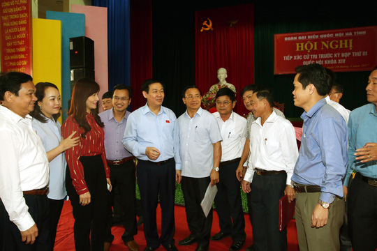 Phó Thủ tướng Vương Đình Huệ tiếp xúc cử tri tỉnh Hà Tĩnh sáng 28-4 - Ảnh: Thành Chung