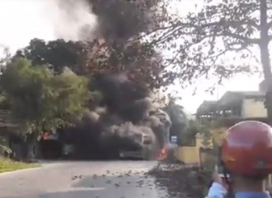 Tai nạn liên hoàn, 4 ô tô cùng cháy rụi - Ảnh 1.