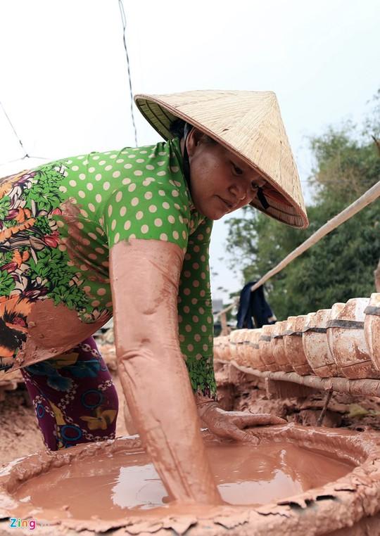 Từ đất sét, thạch cao, những người thợ ở lò gốm cho ra các dòng sản phẩm heo đất, gà vàng.