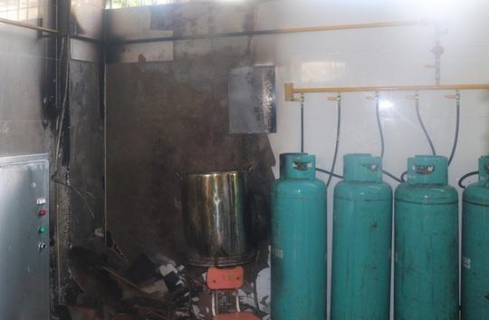 Cháy trường mầm non, hàng trăm trẻ sơ tán khẩn cấp - Ảnh 2.