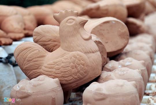 Hối hả sản xuất gốm gà vàng phục vụ Tết