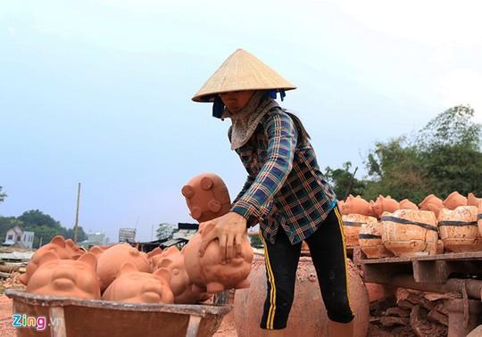 Một người thợ làm việc ở lò gốm tại xã Tân Vĩnh Hiệp (thị xã Tân Uyên) đang chuyển sản phẩm vừa bỏ khuôn vào lò nung.