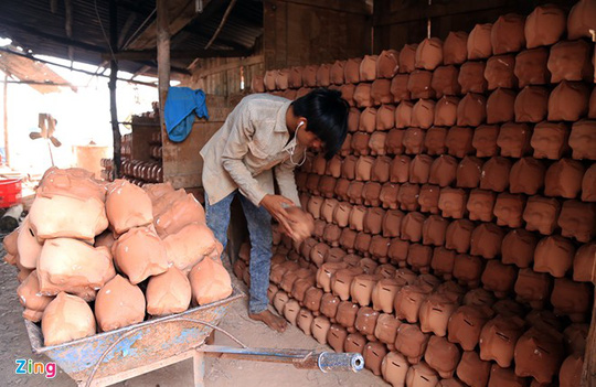 Các sản phẩm heo đất, gà đất được tạo rỗng ruột để khách hàng vừa dùng trưng bày vừa làm hũ tiết kiệm.