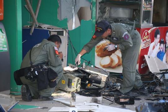 Cho nổ tung máy ATM để cướp tiền - Ảnh 1.