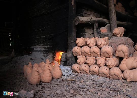 Theo chị Võ Thị Thanh Hà, chủ cơ sở làm gốm tại phường Lái Thiêu (thị xã Thuận An), gốm gà vàng, heo tiết kiệm cung ứng cho thị trường các tỉnh phía Nam như Bình Dương, Đồng Nai, TP HCM, Cần Thơ…