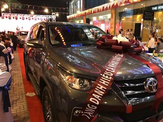 Chiếc ô tô Toyota Fortuner trị giá khoảng 1 tỉ đồng được C.T Group thưởng cho nhân viên xuất sắc năm 2016.