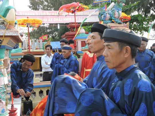 Các vị cao tuổi cúng tế dâng hương tại đình làng An Hải ngày đầu xuân