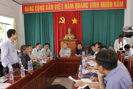 Đại diện các ngành chức năng báo cáo vụ sạt lở với Thứ trưởng Hoàng Văn Thắng. Ảnh: LÂM LONG HỒ