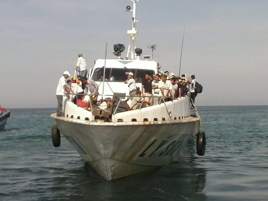 Một tàu chở khách hoạt động trên tuyến thủy nội địa Lý Sơn cảng Sa Kỳ.