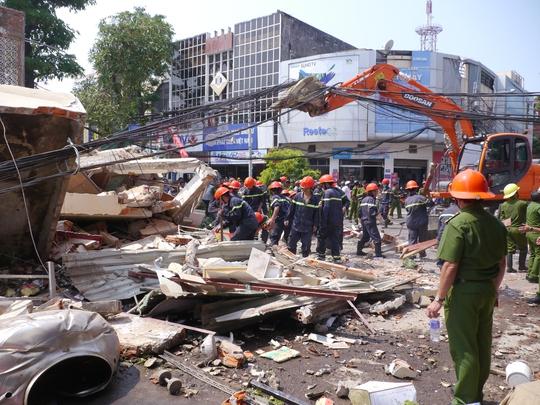 Cảnh sát PCCC Bình Định tích cực tháo dỡ đống đổ nát cứu người
