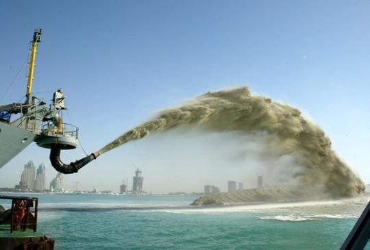 Cát được sử dụng để xây đảo nhân tạo ở Dubai Ảnh: Reuters