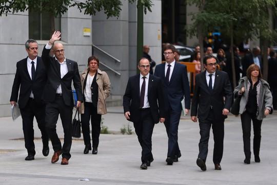 Người đứng đầu cơ quan ngoại giao của chính quyền Catalonia cũ, ông Raul Romeva vẫy tay khi cùng các cựu quan chức khác của chính quyền bị sa thải này tới Tòa án Tối cao ở Madrid hôm 2-11. Ảnh: Reuters