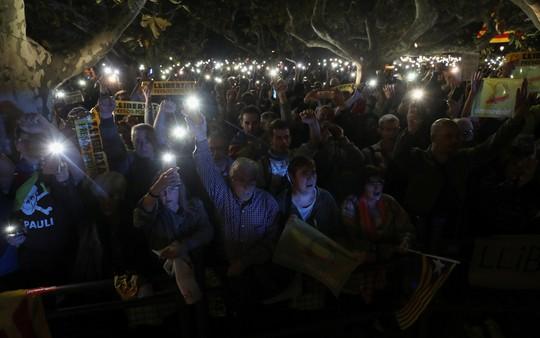 Người dân biểu tình đòi thả tự do cho các cựu quan chức Catalonia. Ảnh: Reuters