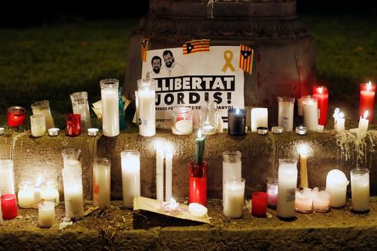 Lãnh đạo Catalonia Carles Puigdemont gọi hai lãnh đạo ly khai Calatonia Jordi Sánchez và Jordi Cuixart là những tù nhân chính trị. Ảnh: Reuters