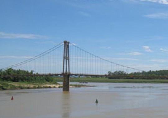 Bàng hoàng thấy 2 nữ sinh  lớp 8 nắm tay nhau tự tử trên sông Lam - Ảnh 1.