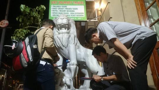 Ông Đoàn Ngọc Hải cho cẩu sư tử đá trước cửa khách sạn Riverside