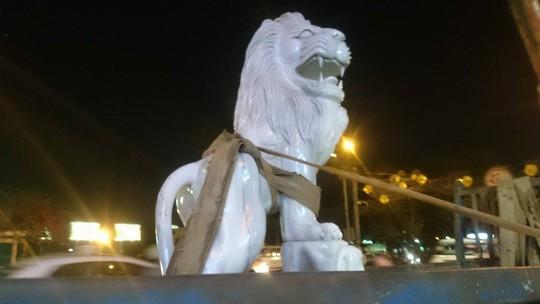 Tượng 2 con sư tử đá bị cẩu lên xe chở về trụ sở cơ quan chức năng.