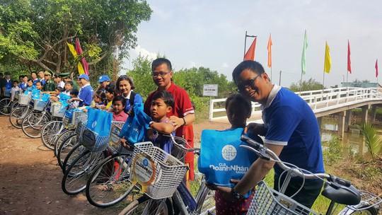Xây cầu, tặng xe đạp cho bà con Bạc Liêu - Ảnh 1.