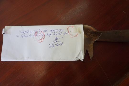 Con dao mà Tùng dùng để khống chế chị Mai