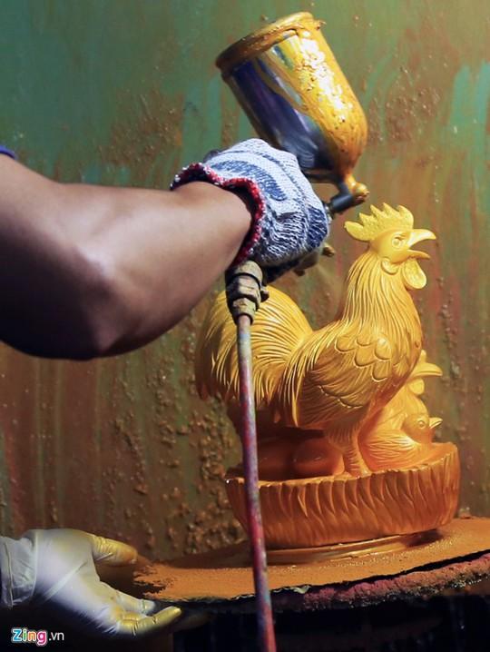 Sau khi nung, gốm gà được công nhân đánh bóng bề mặt để đảm bảo độ bóng mịn và phủ lên lớp sơn màu vàng bắt mắt, sang trọng.
