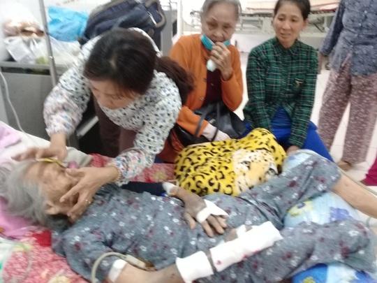 Cụ N. đang được người thân chăm sóc tại Bệnh viện Đa khoa Trà Vinh