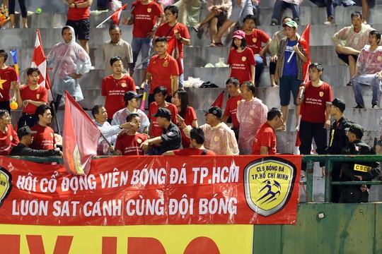 CĐV CLB bóng đá TP HCM tranh cãi với lực lượng bảo vệ sân